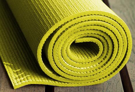 Bildausschnitt einer gelben Gymnastikmatte
