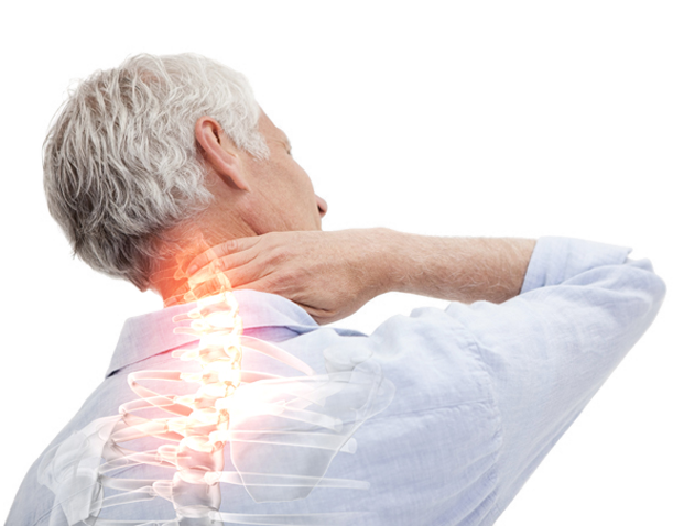 älterer Mann hält sich den Nacken mit Schmerzen