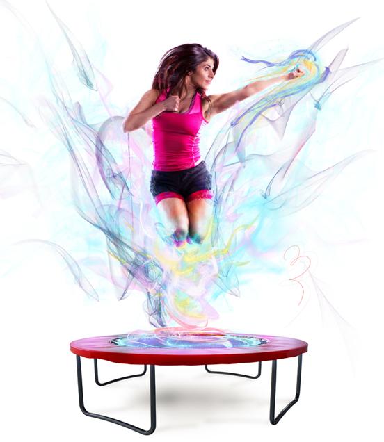 Frau macht Fitness und springt auf einem Trampolin